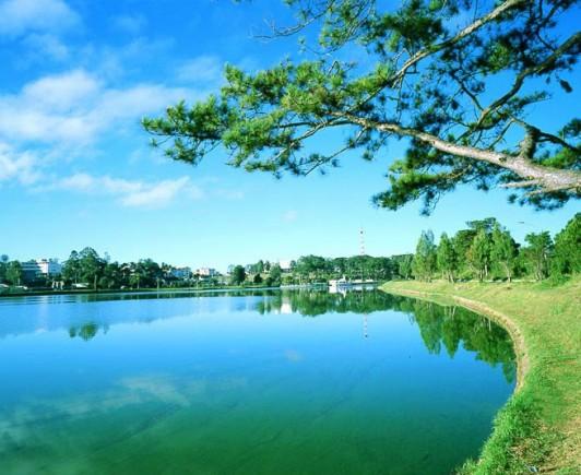 xuan-huong-lake-is-located-at-the-center-of-dalat-city-photo-internet-tin8-6