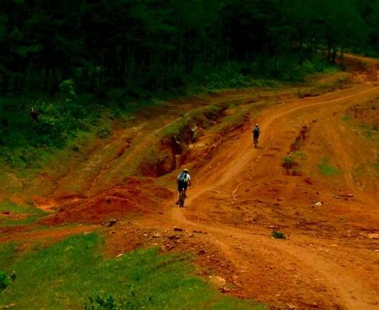 mountainbiking-in-dalat-with-highland-sport-travel-(1)